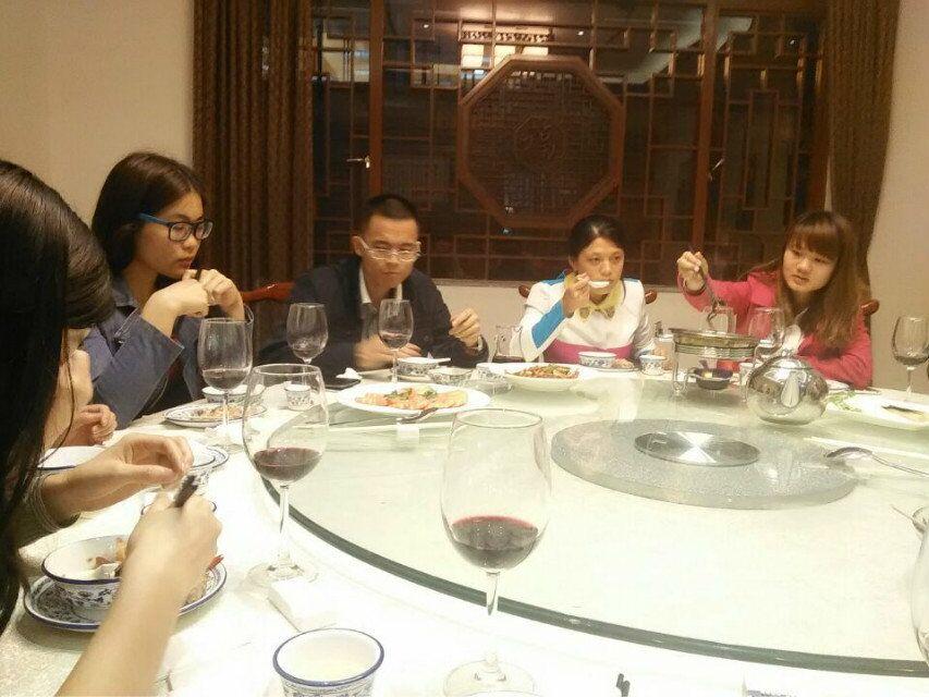 我和同事的那些艳事_和同事一起喝酒当时我们10个人,喝完后我和其中两个离开,他们七个人